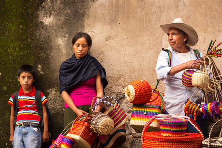工芸品の伝統的なメキシコ ゲレーロ州タスコでベンダー