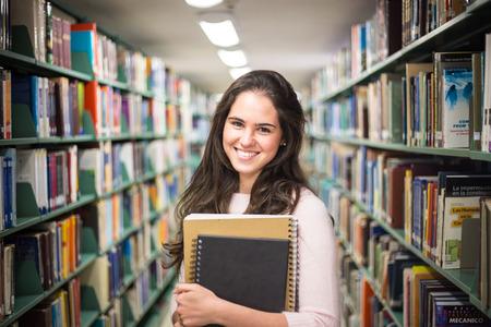 [ライブラリ - 本高等学校図書館での作業でかなり女子学生。