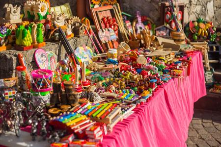 伝統: Xohimilco、メキシコの美しいカラフルなメキシコのおもちゃの販売します。