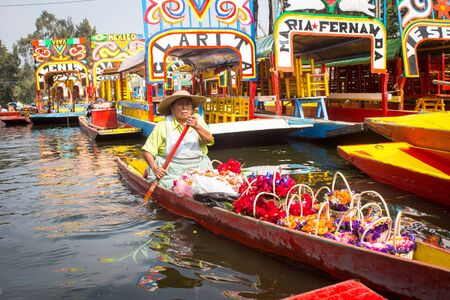 Kleurrijke traditionele Mexicaanse botentrajineras. Stockfoto