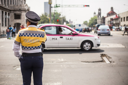MEXICO CITY - SEP 07 2015: Traffic cop checking the traffic in mexico city. Éditoriale