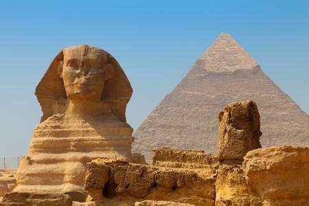 pyramide egypte: Le sphinx et la pyramide de Kh�phren Banque d'images