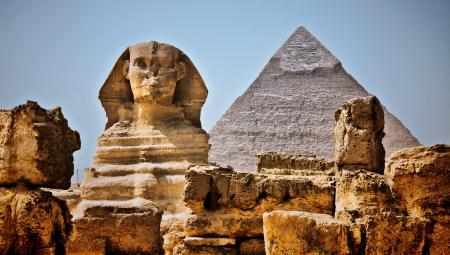 esfinge: Informe sobre Desarrollo Humano de la imagen. Esfinge en primer plano, de fondo Pir�mide de Kefr�n, Giza, El Cairo, Egipto.