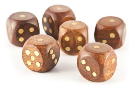Aces auf sechs Würfeln aus Holz Spielen auf einem weißen Hintergrund erhalten.