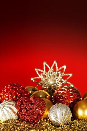 iluminados: Oro, plata, rojo, adornos de Navidad y fondo rojo iluminado.