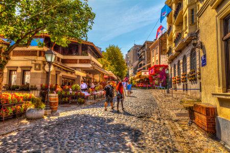 SERVIÃ‹, BELGRADO - SEPTEMBER 1: Restaurant Little Sparrow in Skadarska Street op 1 september 2017 in Belgrado. Oude restaurants, kasseien en veel groen. HDR-afbeelding. Redactioneel
