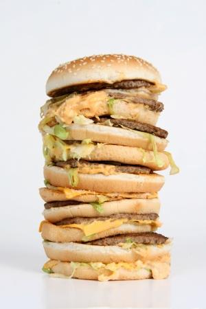 towering: Una hamburguesa elevada enorme con queso del goteo