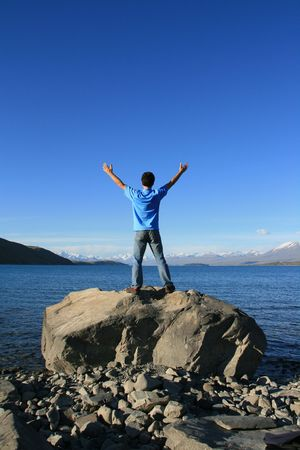 alabanza: Un joven que abarca naturaleza belleza