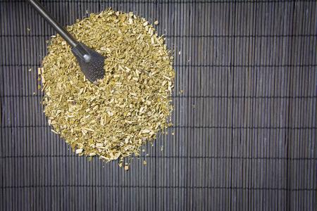 yerba mate: hojas secas de yerba mate