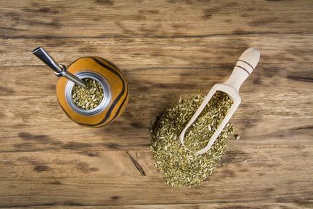yerba mate: yerba mate de madera en la mesa