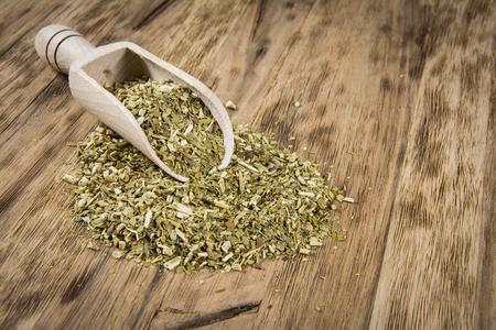 yerba mate: yerba mate en mesa de madera Foto de archivo