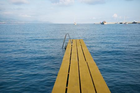 peer to peer: pares agua amarilla en la playa en Italia