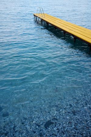 peer to peer: pares agua amarilla en la playa Foto de archivo
