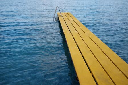 peer to peer: pares agua amarilla en el lado mar