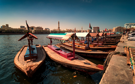 Traditional Abra taxi boats in Dubai creek - Deira during sunny day, Dubai Deira, United Arab Emirates 新聞圖片