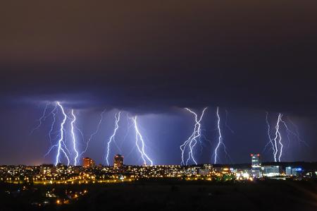 Gewitter über der Stadt, Prag, Tschechische Republik Standard-Bild - 82069010
