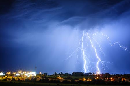 Bliksem storm over de stad, Praag, Tsjechië