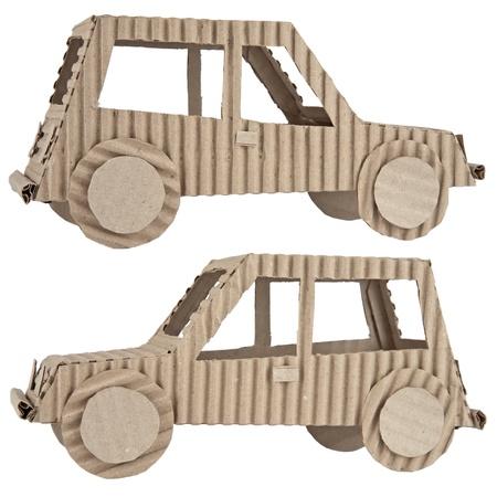 niños reciclando: coche de cartón corrugado