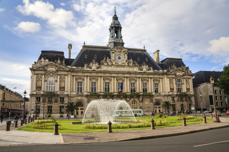 TOURS - JUNE 09: Hotel de Ville built between 1896 and 1904 by the architect Victor Laloux in neo renaissance style in Tours in France on June 09, 2010 新聞圖片