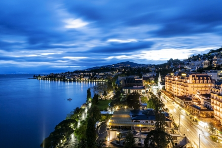 MONTREUX - MAY 19: Night view of Le Montreux Palace Hotel a five star luxury hotel built in 1906 and Montreux Music & Convention Centre (2m2c) and coastline in Montreux in Switzerland on May 19, 2013 新聞圖片