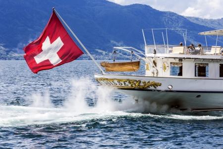 MONTREUX - 30 mei: Stern met vlag van La Suisse schip gebouwd in 1910, behoort tot opgericht in 1873 Belle Epoque stoomboten vloot vertrekt vanaf de haven in Montreux in Zwitserland op 30 mei 2013