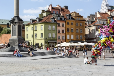stare miasto: WARSAW - AUGUST 16  Townhouses, Castle Square filled with tourists in the Old Town destroyed up to the basement during World War II, rebuilt in the years 1949-1958 in Warsaw, Poland on August 16, 2013 Editorial