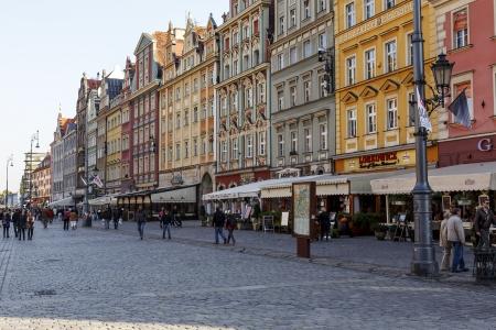 devanture: WROCLAW - 6 octobre maisons de ville sur la fa�ade sud de l'un des plus grands anciens march�s europ�ens, construite sur un rectangle avec des dimensions de 213 � 178 m�tres � Wroclaw, en Pologne le 06 Octobre, 2013