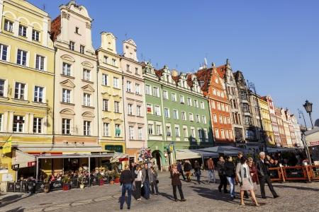 devanture: WROCLAW - 6 octobre maisons en rang�e sur la fa�ade nord de l'un des plus grands march�s europ�ens anciennes, b�ties sur un rectangle avec des dimensions de 213 � 178 m�tres � Wroclaw, en Pologne, Octobre 06, 2013