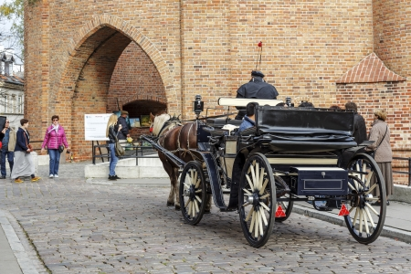 stare miasto: WARSAW - OCTOBER 20  Horse carriage, appeared in the city in 1798, after World War II there were 410 units, some have survived to this day, tourist attraction in Warsaw in Poland on October 20, 2013