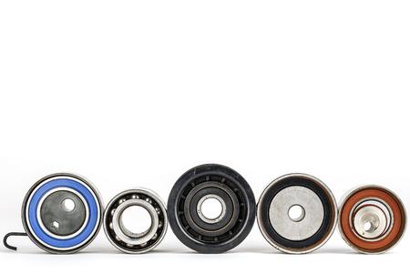poleas: Desgastado tensores, poleas y rodamientos de los dispositivos de accionamiento de motores Foto de archivo