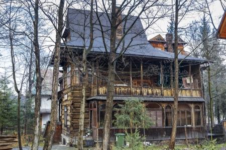 dora: ZAKOPANE - 22 de noviembre: Villa Dora, pensi�n Zameczek construido 1896-1897, dise�ado por Zygmunt Dobrowolski, inscrita en el registro de monumentos en 1989, en Zakopane, Polonia el 22 de noviembre 2013