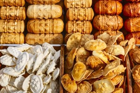 regional: Oscypek, queso ahumado regional, hecho seg�n la receta tradicional, ofrece a la venta en el mercado local Foto de archivo