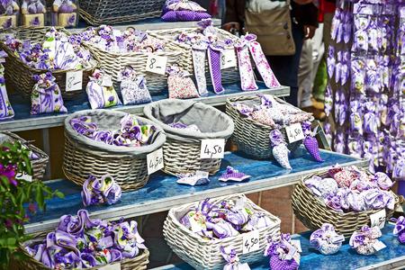 sachets: NIZA, FRANCIA - 11 de mayo 2014: bolsitas de lavanda, que se ofrecen bajo la marca bien conocida Clara en Provence, regalo popular de la Provenza, debido a su sofisticada fragancia Editorial