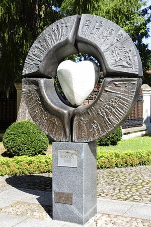 sacral: Warschau, Polen - 20 augustus 2014: Symbolische sacrale sculptuur, getiteld Ecclesia, ook wel bekend als de kerk van vandaag, door beeldhouwer Maria Owczarczyk, gelegen naast de kerk van St. Anne in Warschau Redactioneel