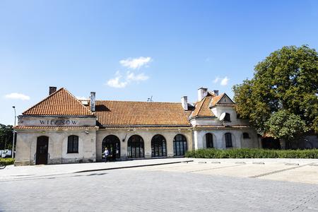 oficina antigua: VARSOVIA, Polonia - 20 de agosto 2014: El edificio hist�rico de la oficina de correos de Polonia, la antigua estaci�n de ferrocarril en Wilanow, situado no muy lejos del famoso Palacio Real construido por Jan III Sobieski Editorial