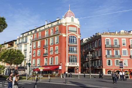 devanture: NICE, FRANCE - 11 mai 2014: Architecture de fa�ade de la place Mass�na, la plus grande place dans la vieille ville de Nice, son histoire remonte � la premi�re moiti� du 19�me si�cle