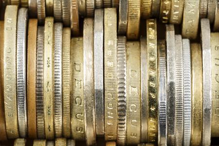 banco dinero: Varias monedas que se muestran de cerca, forma el tel�n de fondo