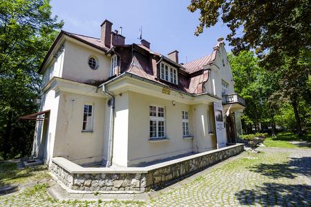 herrenhaus: Zakopane, Polen - 13. Juni 2015: Die Villa im Stil eines Herrenhauses f�r die Familie Kozianski 1924 erbaut, nach dem Entwurf von Waclaw Ryttel heutzutage in den Innenr�umen mit einer Kunstgalerie Editorial