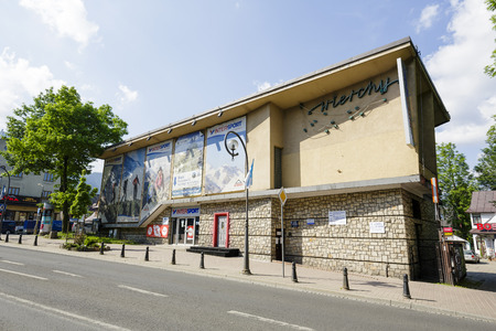 sporting goods: Zakopane, Polonia - 12 de junio de 2015: El edificio del restaurante llamado Wierchy, construido en 1962, Hubo un tiempo en que era uno de los lugares m�s prestigiosos de la ciudad, tienda de art�culos deportivos desde 2012
