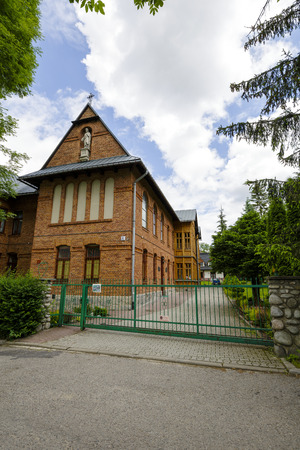 sirvientes: Zakopane, Polonia - 20 de junio 2015: Monasterio Congregaci�n de las Siervas del Sagrado Coraz�n de Jes�s, construido en 1906, dise�ado por Stanislaw Majerski, registrada como monumento en 2010