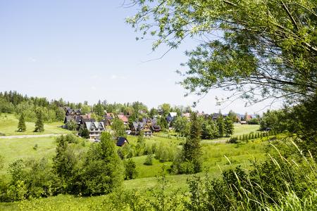 Ein Blick in Richtung zum Stadtviertel von Zakopane, inmitten der schönen grünen Umgebung