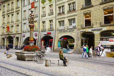 mosquetero: Berna, Suiza - 11 de septiembre, 2015: fuente Mosquetero Schutzenbrunnen, fechado el siglo 16, situado en Marktgasse. La ciudad de Berna es mundialmente conocido por sus fuentes del siglo 16 Editorial
