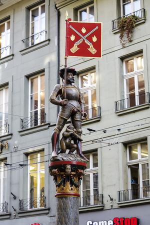 mosquetero: Berna, Suiza - 22 de diciembre de 2015: fuente Mosquetero Schutzenbrunnen, fechado el siglo 16, situado en Marktgasse. La ciudad de Berna es mundialmente conocido por sus fuentes del siglo 16