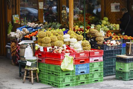 tiendas de comida: Zakopane, Polonia - 07 de marzo de 2016: nueces, frijoles y otras verduras y frutas que se ofrecen a la venta en un puesto del mercado de la calle situada delante de la página de la tienda en el mercado local