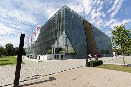 Warschau, Polen - 5. August 2016: Modernes Gebäude des Museums der Geschichte der polnischen Juden, die gemeinhin als die Polin bekannt ist. Das Museum dokumentiert die tausendjährige Tradition der Juden in Polen