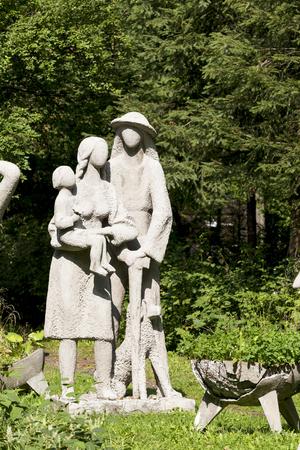 highlander: ZAKOPANE, POLONIA - 15 DE SEPTIEMBRE DE 2016: La escultura de Henryk Burzec que se nombra a la familia de montañeses se localiza en el jardín delante de un artista del estudio