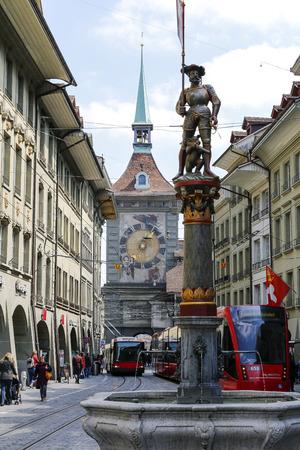 Berne, Suisse - 20 avril 2017: Circulation dans la rue entourée de monuments tels que la Tour de l'Horloge nommée Zytglogge et une fontaine appelée Musketeer (Schutzenbrunnen) Banque d'images - 85224562