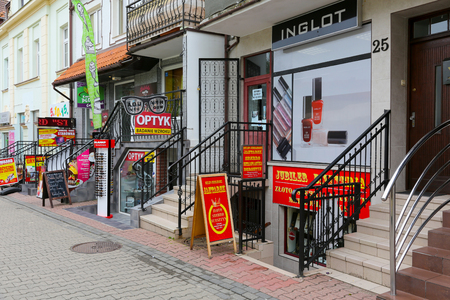 コウォブジェク、ポーランド - 2017 年 6 月 17 日: 店の窓は様々 な看板で飾られました。様々 なショップや小さな通り沿いにある中小企業があります
