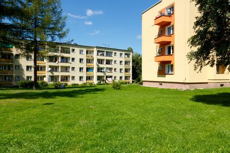 Zakopane, 폴란드 - 2017 년 8 월 8 일 : 주거용 건물은 푸른 잔디와 몇 나무 사이에서 볼 수 있습니다. 이 다 가족 주택은 화창한 날에 볼 수 있습니다.