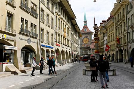 Berne, Suisse - 17 avril 2017: Vue sur la rue dans la vieille ville. La tour de l'horloge nommée Zytglogge et une fontaine appelée Mousquetaire sont visibles dans la vie urbaine environnante Banque d'images - 91489469